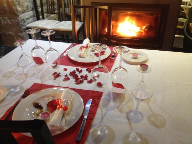 Mesa para celebración junto al fuego en Kiloterdi Txokoa Ellauri, Ellauri Hotela